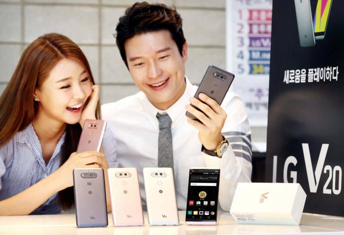모델들이 LG전자 V20 스마트폰을 소개하고 있다. /=LG전자 제공