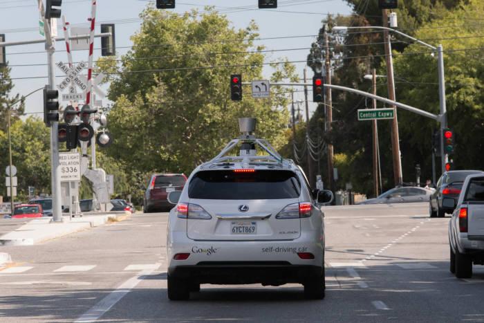 미국 캘리포니아 마운틴뷰를 주행중인 구글 자율주행차(사진:구글 제공)
