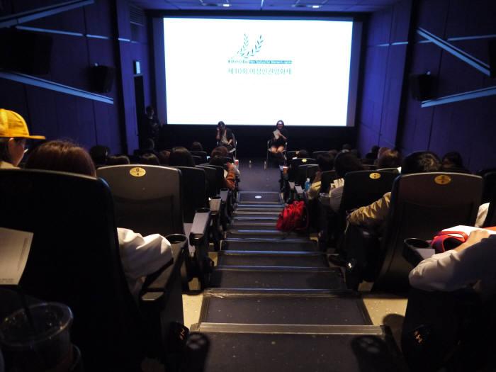 지난 15일 서울 충무로 한 극장에서 여성 개발자 현실을 다룬 다큐 관람 후 토론자로 참석한 여성 개발자 A씨가 관객들과 이야기를 나누고 있다.