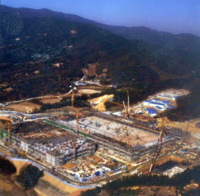 1990년대 후반 충북 음성 동부하이텍 공장 건설 장면
