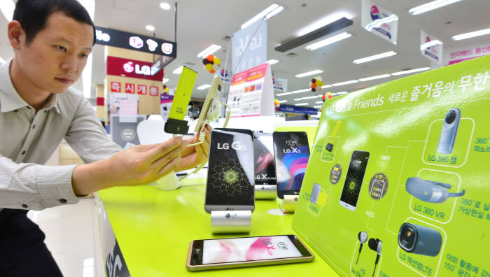 LG전자는 프리미엄 스마트폰 G5에 도입한 모듈형 스마트폰 구조를 G6에는 적용하지 않는다. 20일 서울 용산 휴대폰 매장에서 고객이 G5를 보고 있다. 김동욱기자 gphoto@etnews.com