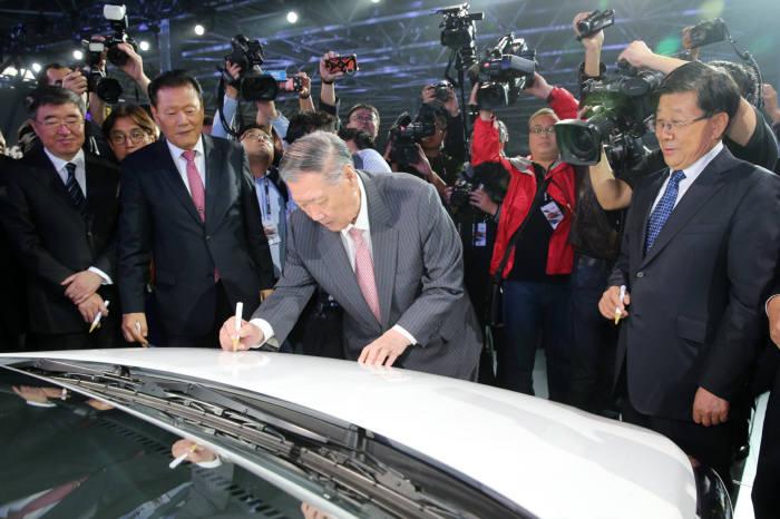 사진은 정몽구 현대차그룹 회장이 중국 창저우공장 준공식에서 창저우공장 첫 번째 생산 모델인 위에나에 기념 사인을 하고 있는 모습.