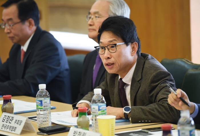 2016년 제3회 ICT-IoT 융합 제품의 해외진출 활성화를 위한 전문가 포럼에서 김정관 한국무역협회 부회장이 인사말을 하고 있다.