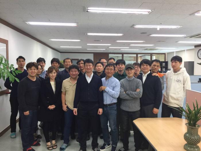 김기완 선재소프트 대표(앞줄 왼쪽에서 다섯번째)와 직원들이 본사에서 기념촬영했다. 선재소프트 제공
