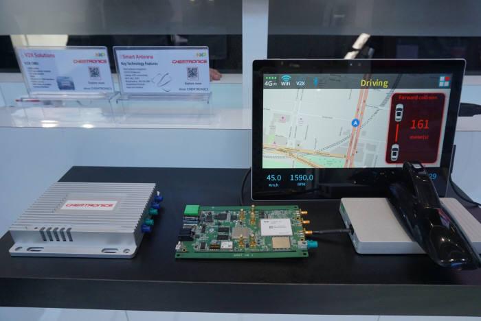 NXP 부스에 전시된 켐트로닉스 제품들. 온보드유닛(왼쪽)과 스마트안테나(오른쪽)