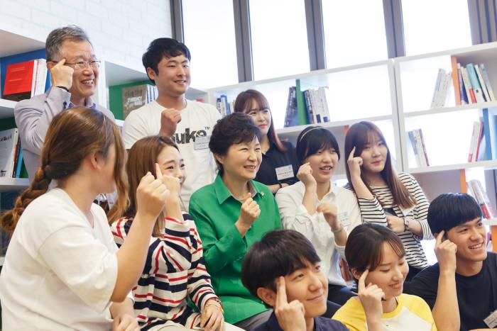 박근혜 대통령이 2015년 6월 여수시 덕충동 옛 GS칼텍스 교육장에 마련된 전남창조경제혁신센터를 찾아 지역 대학생들과 포즈를 취하고 있다.