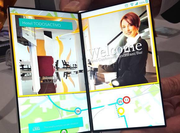 일본 재팬디스플레이(JDI)가 개발한 폴더블 스마트폰 제품. 양쪽에 LCD를 각각 탑재했다. (사진=닛케이아시안리뷰)