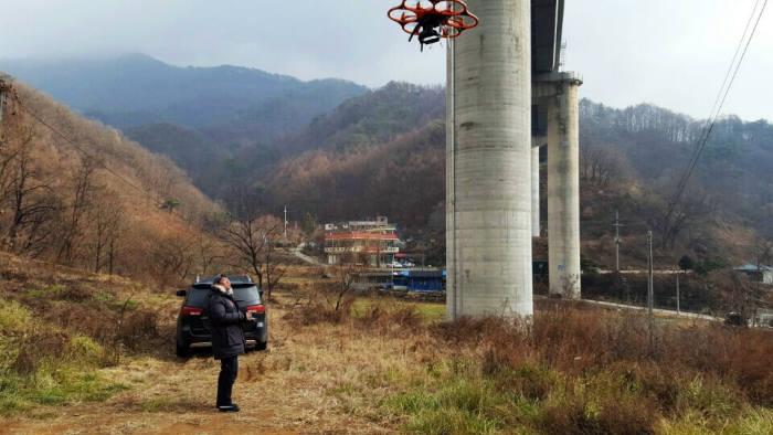 한국국토정보공사 공간정보연구원 소속 연구원이 도로교통 관리 방안 연구를 위해 드론을 뛰우고 있다.