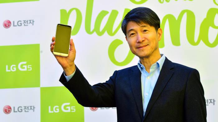 조준호 LG전자 사장이 지난해 3월 서울 신사동 가로수길에 개장한 `LG 플레이그라운드`에서 스마트폰을 소개하고 있다. 윤성혁기자 shyoon@etnews.com