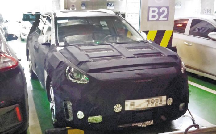 한 도로주행 테스트 중인 전기차가 성남시 수정구 이마트에서 위장막에 가려진채 충전중이다. 취재 결과 이 차량은 현대차가 내년 출시예정인 SUV 전기차로 밝혀졌다.