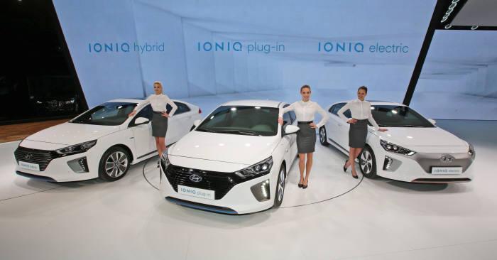 현대자동차 친환경 전용차 아이오닉 라인업. 왼쪽부터 아이오닉 하이브리드(HEV), 아이오닉 플러그인하이브리드(PHEV), 아이오닉 일렉트릭(EV)