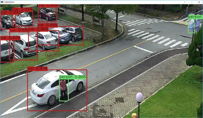 한국전자통신연구원 시각지능연구그룹이 개발 중인 `딥뷰`가 추려낸 영상 속 객체 모습. 차와 차에서 내리는 사람의 모습을 정확히 가려낸다.