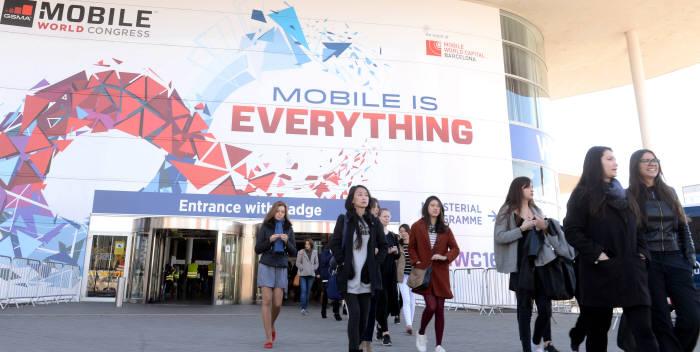 지난해 MWC 2016 개막식이 열렸던 피라그란비아 전시장 모습. 박지호기자 jihopress@etnews.com