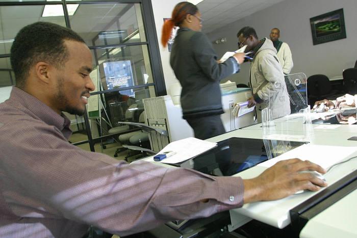 미국의 한 실직자가 워싱턴DC의 한 `원스톱 직업상담소`에서 무료 인터넷으로 취업 정보를 검색하고 있다. <워싱턴DC=AFP>