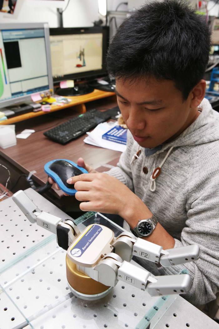 한국과학기술원(KAIST)은 기계공학과 김정·박인규 교수팀이 실리콘과 탄소나노튜브(CNT)를 혼합한 복합재를 이용해 다양한 형태의 촉감을 구분할 수 있는 촉각센서를 개발했다고 2일 밝혔다. <KAIST 제공>