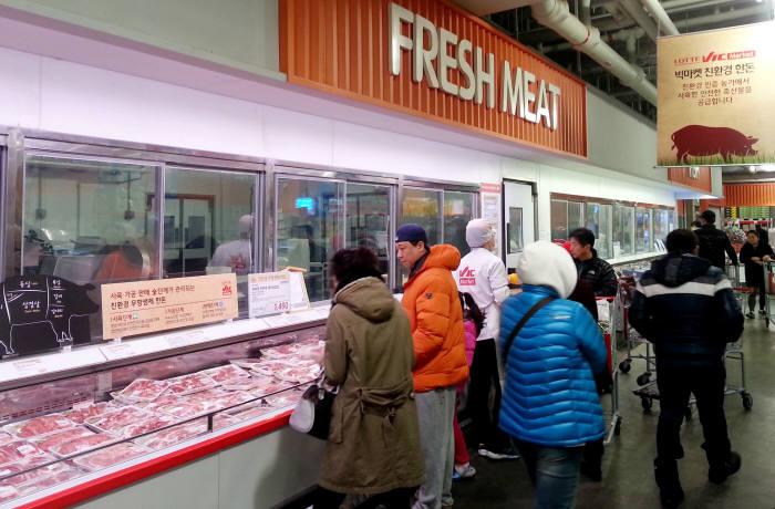 롯데빅마켓 친환경 축산매장에서 고객들이 쇼핑을 하고 있다. 사진=넥스트데일리 DB