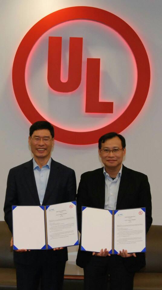 한국기계전기전자시험연구원(KTC)은 7일 미국 뉴욕 UL시험소에서 UL 전선·케이블 분야 공동시험소 설립을 위한 업무협약을 교환했다. 왼쪽부터 송유종 KTC 원장, 런파이 라이(LunFai Lai) UL 글로벌 전선·케이블 사업 총괄 사장.