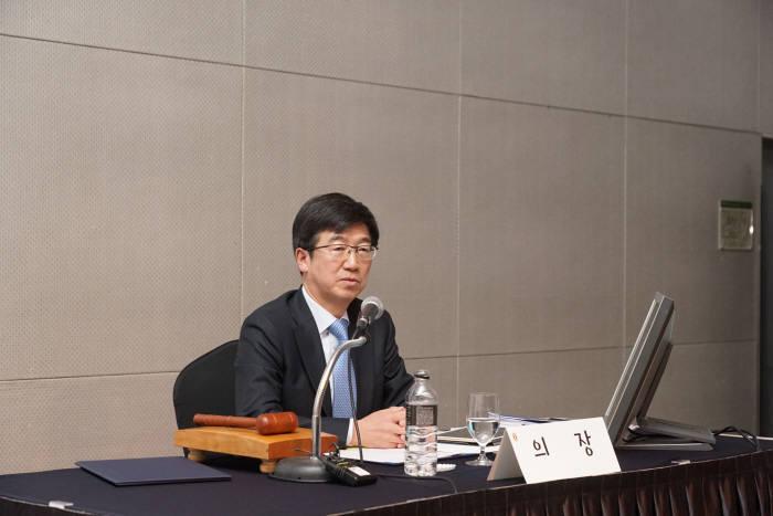 박성욱 한국반도체산업협회 회장이 23일 서울 코엑스 인터컨티넨탈호텔에서 열린 정기총회에서 의사진행을 맡고 있다.