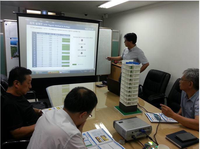 오딘에너지 연구원들이 풍력 발전기 시스템 개발 관련 회의를 하고 있다.