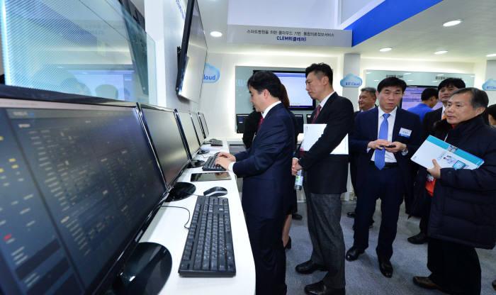 의료와 인공지능(AI), 클라우드가 결합된 의료시스템과 기기가 대거 선보인 가운데 비트컴퓨터를 찾은 관람객이 의료 클라우드 솔루션을 살펴보고 있다. 사진=윤성혁기자 shyoon@etnews.com