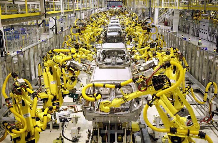산업용 로봇의 도입에는 인건비 절감뿐만 아니라, 생활수준 향상이 만들어낸 기피업종의 인력수요에도 영향을 받았다. (사진=전자신문DB)
