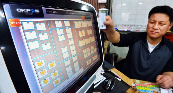 현금자동인출기(ATM) 정보 유출에 이어 판매시점관리시스템(POS) 운용체계(OS) 보안이 우려되고 있다. 4일 서울 영등포 한 식당에서 사용되고 있는 POS. 김동욱기자 gphoto@etnews.com