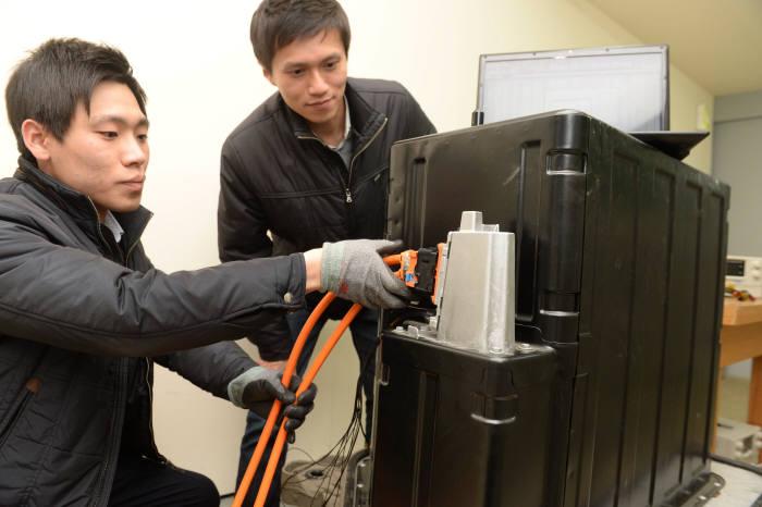 KTL 연구원이 중대형배터리 실험실에서 SM3 Z.E. 전기차 배터리 커넥터 연결 시험을 하고 있다. 박지호기자 jihopress@etnews.com