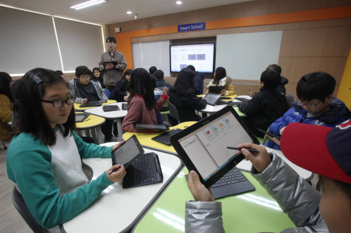 정부가 스마트스쿨(가칭) 사업을 재개한다. 전국 7000여 초등학교·중학교에 무선인프라(와이파이)를 설치하고 디지털교과서 보급을 확대한다. 4차 산업혁명에 대비, 교육 정보화를 가속화하고 실감형 콘텐츠 등으로 학습 효과를 높이기 위해서다.
