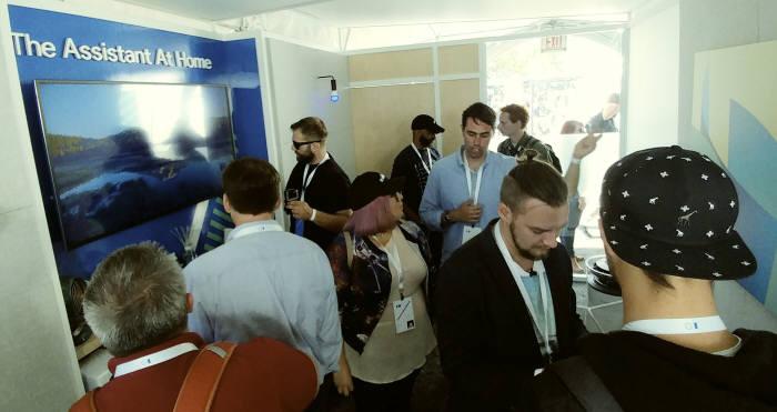 17일(현지시간) 미국 캘리포니아주 마운틴뷰에서 열린 '구글 I/O' 행사에서 참가자들이 구글홈과 연동한 LG 시그니처를 시연해보고 있다.