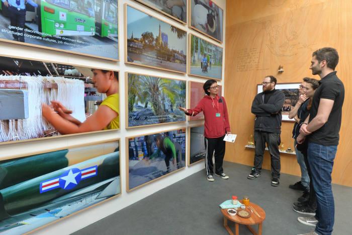 삼성전자는 현대 미술가 이완작가와 협업해 지난달 베니스 비엔날레 한국관 전시 '카운터밸런스'에서 '더 프레임'을 활용한 영상 작품 '메이드인(Made in)'을 선보였다.