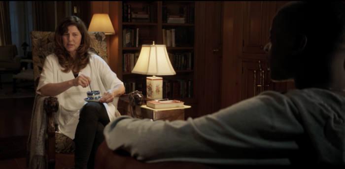 영화 겟아웃에서 미시가 크리스에게 최면을 걸고 있는 장면.
