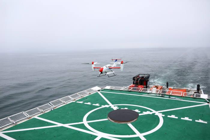 한국항공우주연구원이 개발한 틸트로터 무인기 'TR-60'이 10노트로 운항 중인 해경함에 자동 착륙하는 모습.