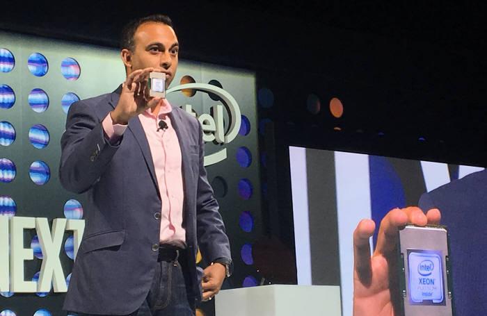 나빈 쉐노이 인텔 데이터센터그룹(DCG) 총괄 수석부사장이 뉴욕에서 열린 발표 행사에서 제온 스케일러블 프로세서 신제품을 소개해보이고 있다.