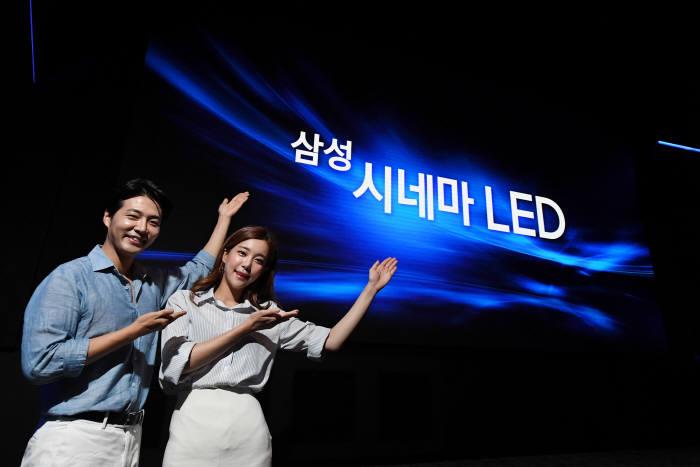 삼성전자 모델들이 13일 서울 잠실에 위치한 롯데시네마 월드타워 영화 상영관 'SUPER S'에서 세계 최초로 설치된 '시네마 LED'를 소개하고 있다.