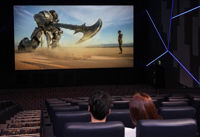 삼성전자 모델들이 13일 서울 잠실에 위치한 롯데시네마 월드타워 영화 상영관 'SUPER S'에서 세계 최초로 설치된 '시네마 LED'를 통해 최근에 개봉한 '트랜스포머: 최후의 기사'를 보고 있다.