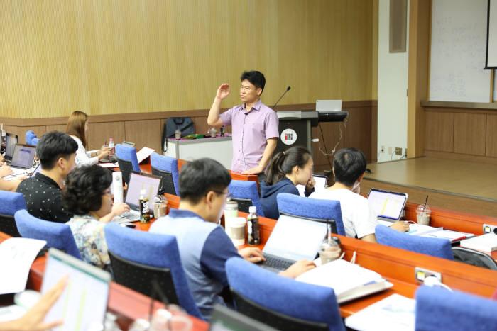 김준하 GIST 국제환경연구소장이 재능기부로 환경통계 교육을 실시하고 있다.