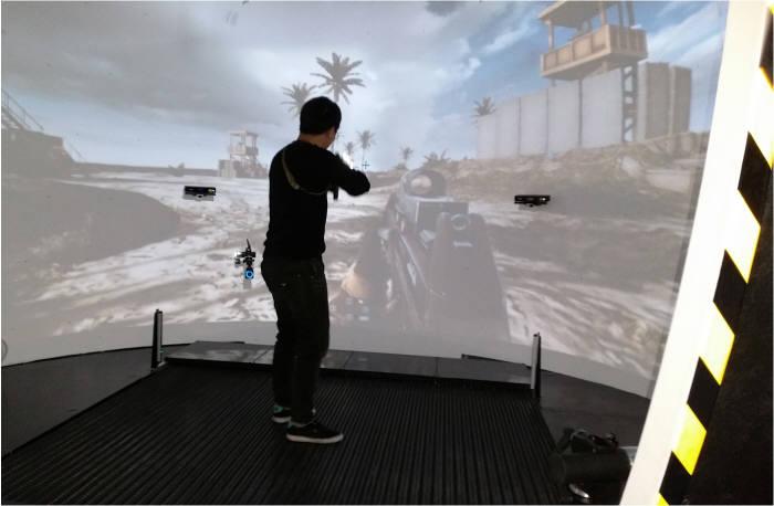 ETRI 연구진이 상용 FPS 게임인 '배틀필드4'를 이용해 병사용 VR 훈련시스템을 시연하고 있다.