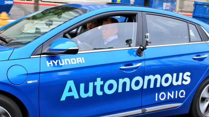 미국 라스베이거스에서 정의선 현대자동차 부회장이 아이오닉 일렉트릭 자율주행차를 시승하고 있는 모습 (제공=현대자동차)