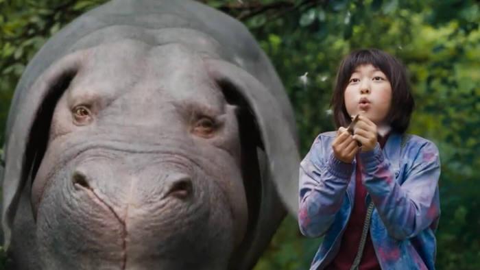 영화 '옥자' 스틸컷. 옥자(왼쪽)와 미자가 우정을 나누고 있는 모습.