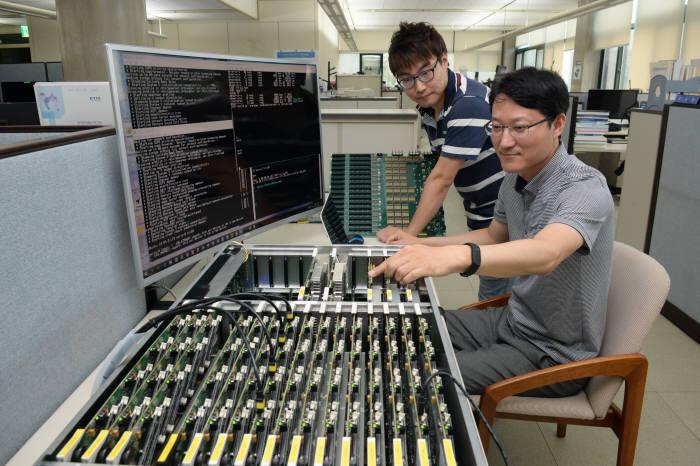 ETRI 연구진이 자체 국산화 한 마이크로 서버 '코스모스'의 주요 하드웨어 부품을 시연하는 모습. 코스모스는 기존 x86 서버 대비 와트당 성능은 3배나 높으면서, 전력 소모량은 7분의 1 수준에 불과하다.