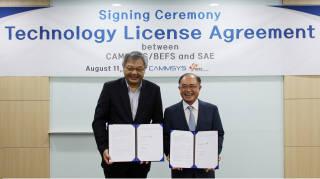 톈홍 SAE 대표(왼쪽)와 박영태 캠시스 대표가 기술 공급 계약 후 기념촬영했다.