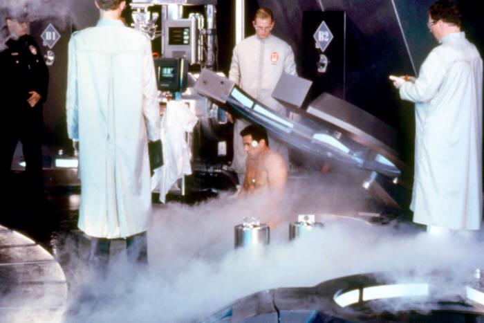 엘리트 형사 존스파르탄이 냉동인간 상태에서 깨어나는 장면.