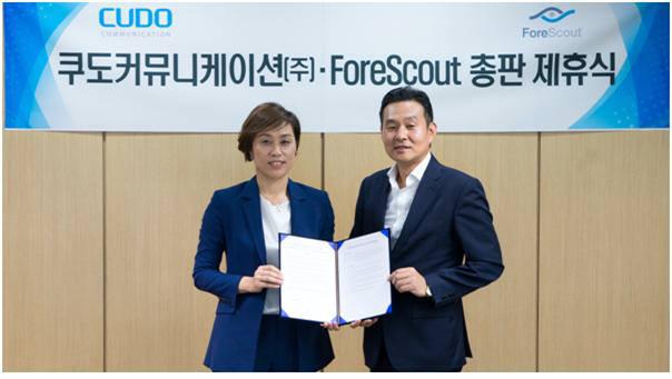 김용식 쿠도커뮤니케이션 대표(오른쪽)와 오정선 포어스카우트 지사장이 총판 계약식에서 기념촬영을 하고 있다.