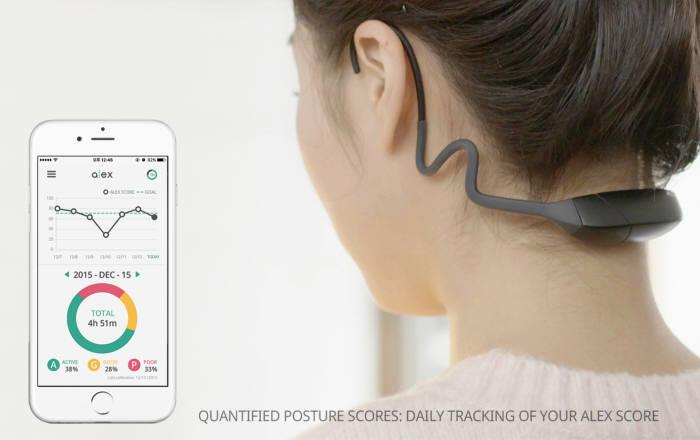 착용 후 스마트폰으로 실시간 목 자세를 체크할 수 있는 목 자세 교정 웨어러블 기기 '알렉스'.