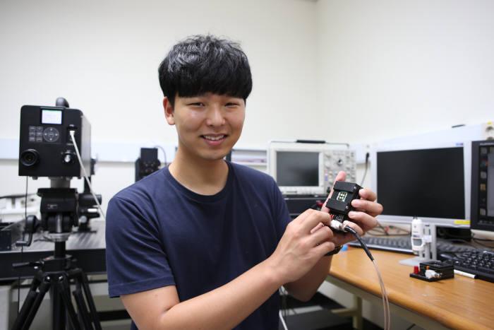 KAIST 최경철 교수 연구팀에서 유연한 옷감형 디스플레이 개발에 참여한 최승엽 박사과정이 연구 성과를 설명하고 있다.