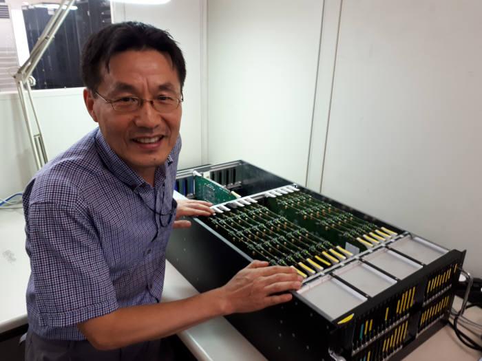 김학형 ETRI 클라우드컴퓨팅연구그룹 책임연구원이 새로 개발한 마이크로 서버 '코스모스'를 소개하고 있다.