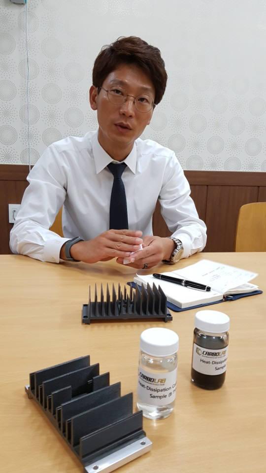 김우석 카보랩 대표가 방열탄소코팅액 카보쿨에 대해 설명하고 있다.