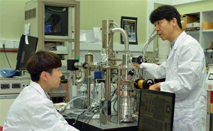조복래 표준연 박사(오른쪽)와 연구진이 광전자 융합현미경으로 시료를 관찰하고 있다.