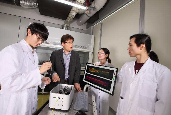 양준모 교수(왼쪽 두번째)와 연구진이 광음향 내시경 시험모델 개발과 적용 방안을 논의하고 있다.