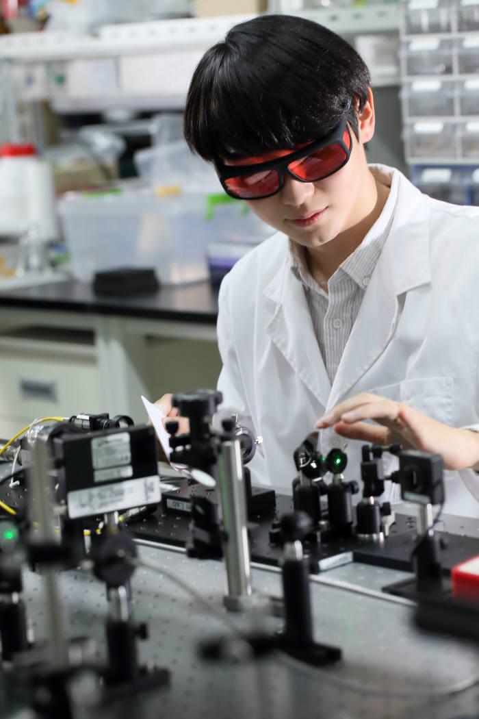 UNIST 자연과학부 학생이 레이저 펄스를 이용한 광음향 효과를 시험하고 있다.